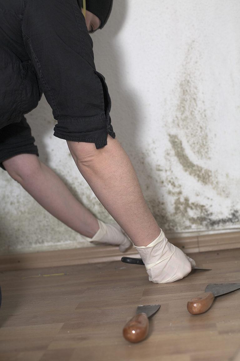 Combattre la moisissure sur les murs avec un traitement précis